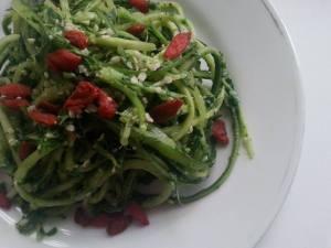 Okurkové špagety s celerovým pestem
