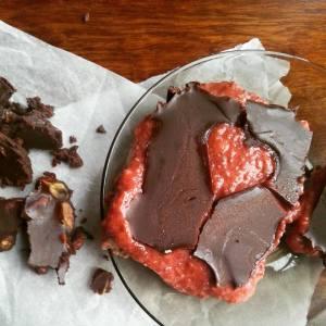Valentýské kostky napravo, čokoláda s pistáciemi nalevo.